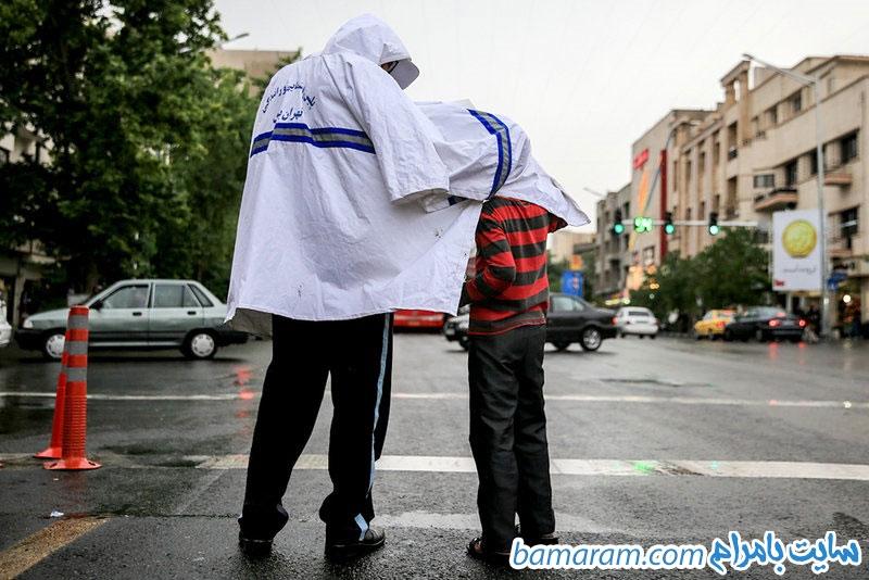 عکس سرباز مهربان روز بارانی پسر فال فروش